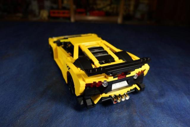 Из чего можно сделать автомобиль? Из конструктора лего или из пачек для сигарет?